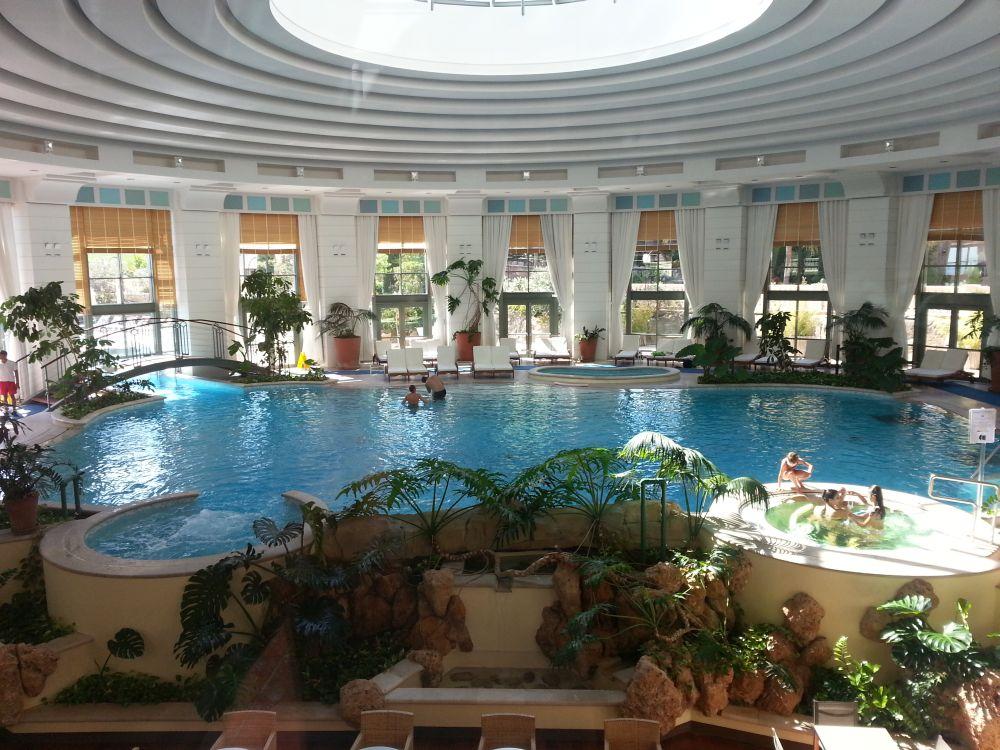 La piscina coperta del MC Bay Resort