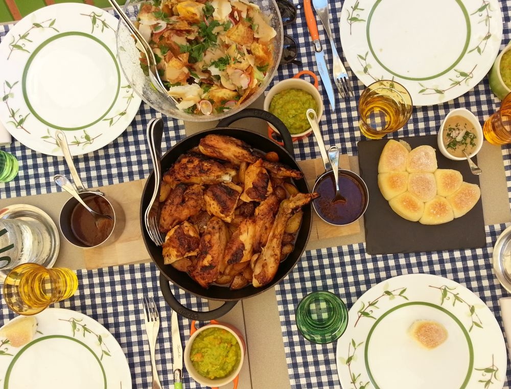 La tavola imbandita per il pranzo della domenica