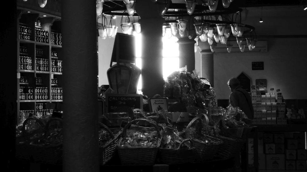 l'interno di un negozio di souvenir gastronomici