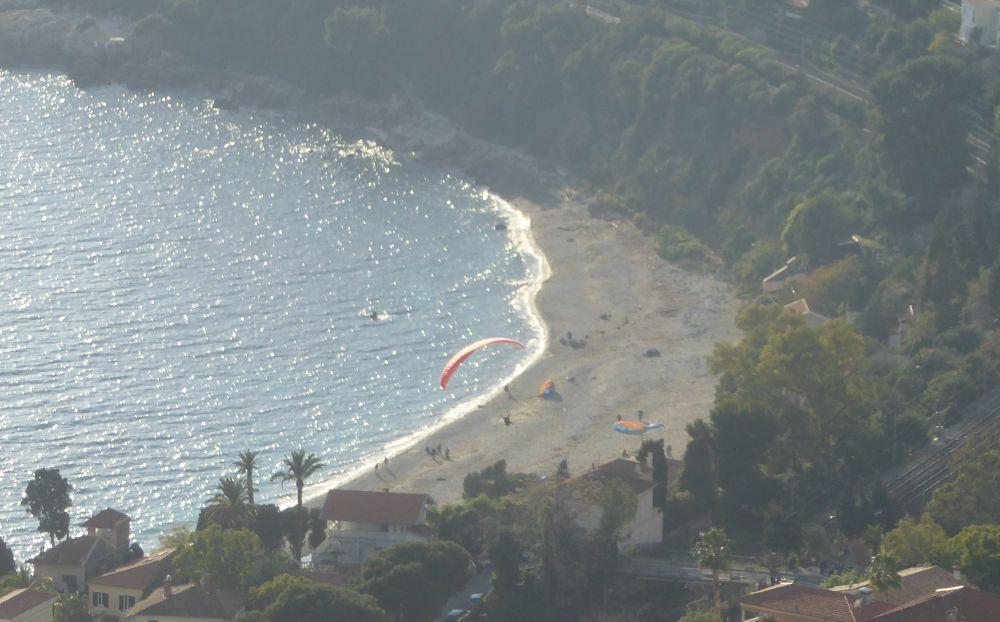 ...e atterrano sulla spiaggia di Golfe Bleu