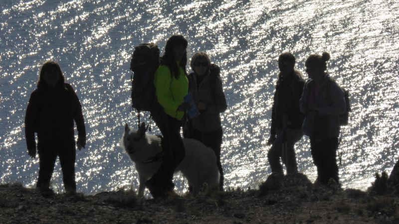 i camminatori arrivano alla vetta e osservano i parapendio partire