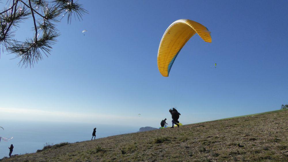 ecco la sequenza di decollo: si fa gonfiare l'ala dal vento...