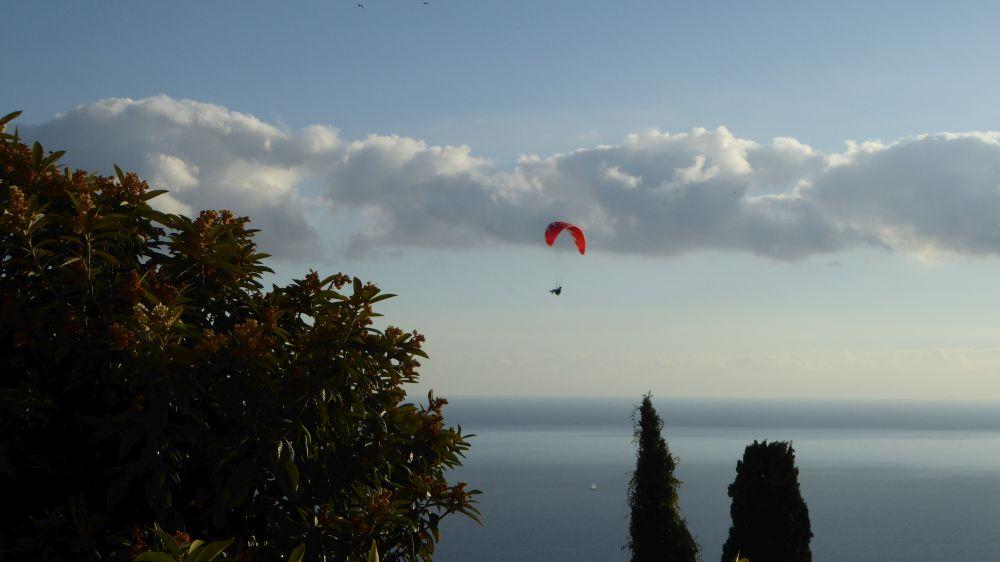 i parapendio scendono rasentando il vieux village di Roquebrune